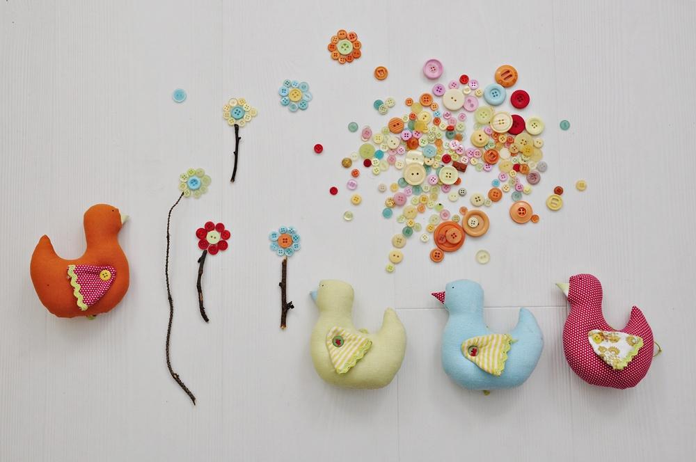 pokazane dekoracje do ozdobienia karmnika
