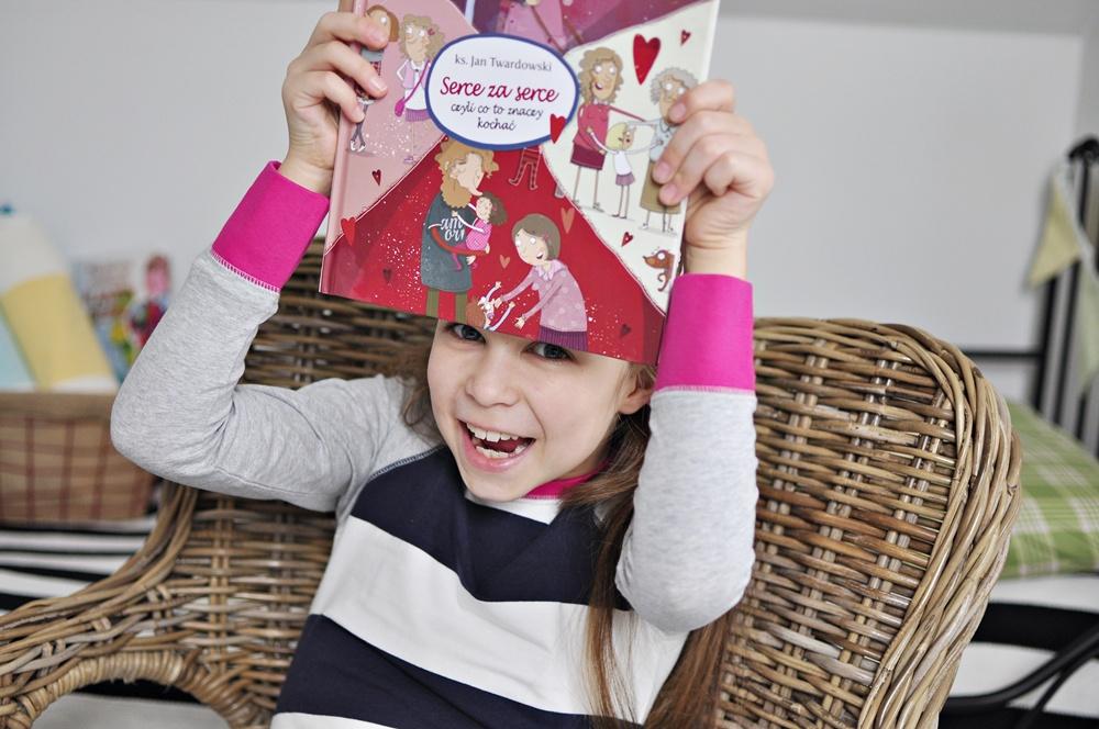 """Zabawy walentynkowe: rodzinny słój dobrych słów + książka """"Serce za serce""""."""