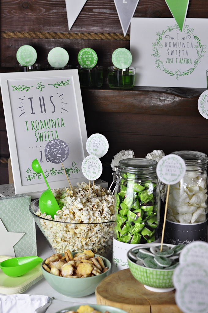 dekoracje komunijne stołu w domu