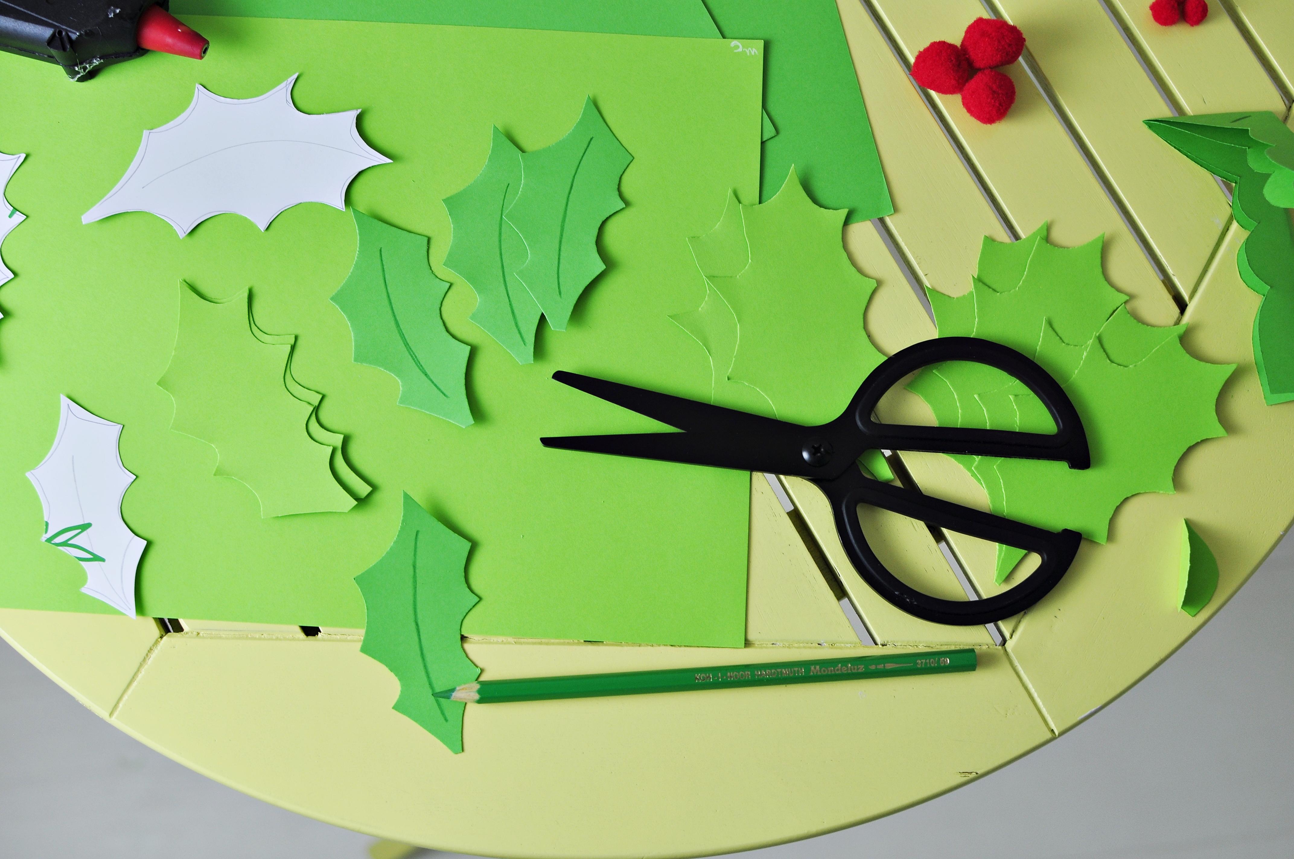 ozdoby świąteczne na stół - zrób to sam - wycinanie listków