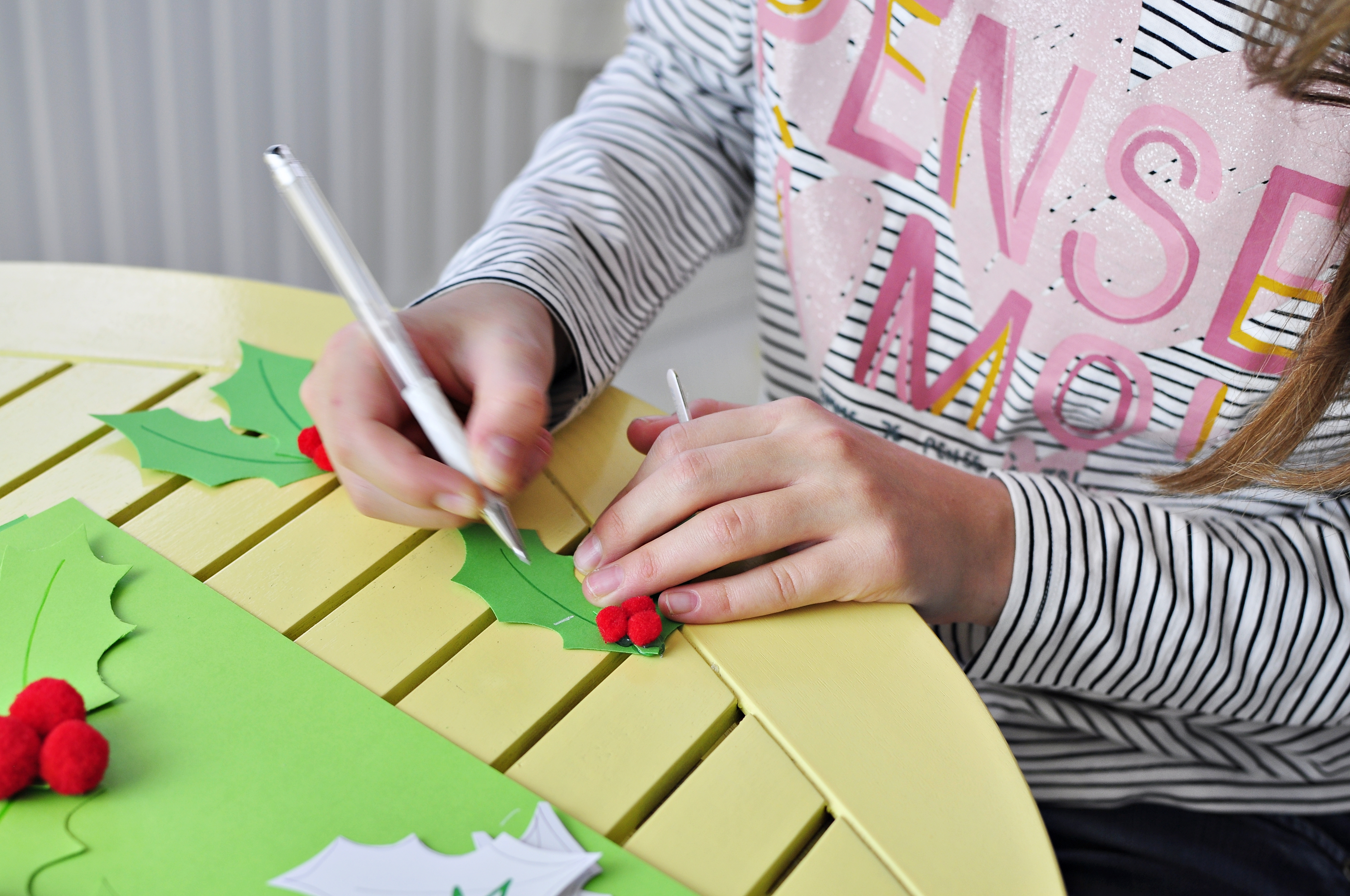podpisywanie winietek na świąteczny stół