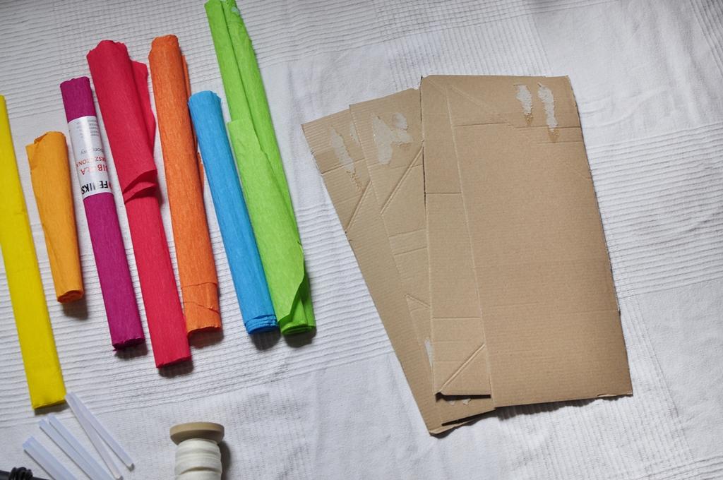 karton i kolorowa bibuła potrzebne do zrobienia piniaty