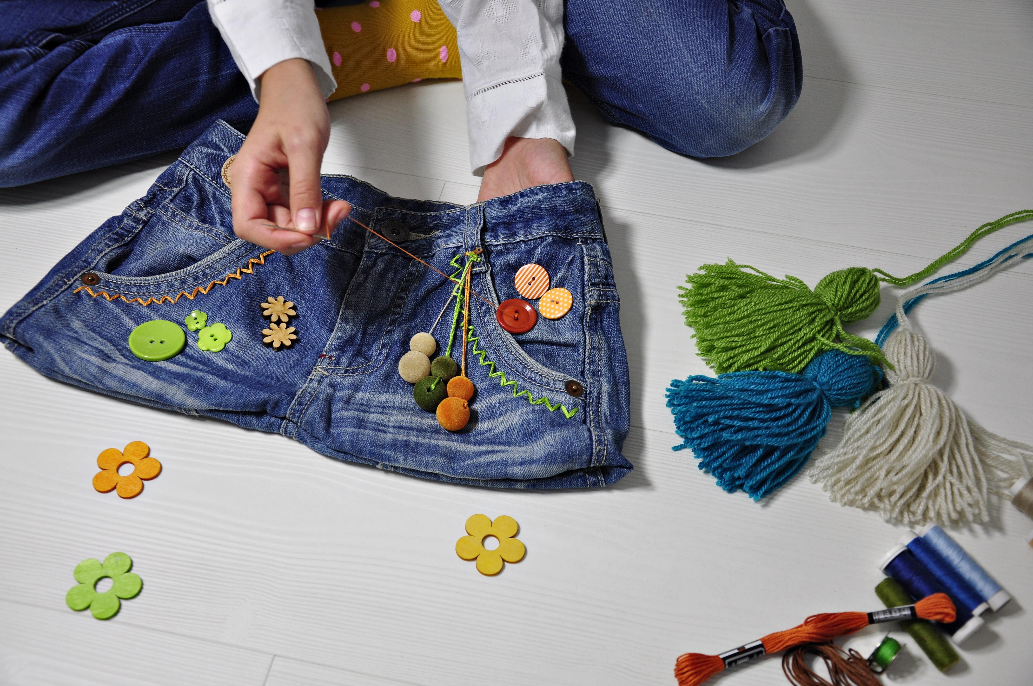Torba ze spodni dżinsowych - dekorowanie kolorowymi ozdobami