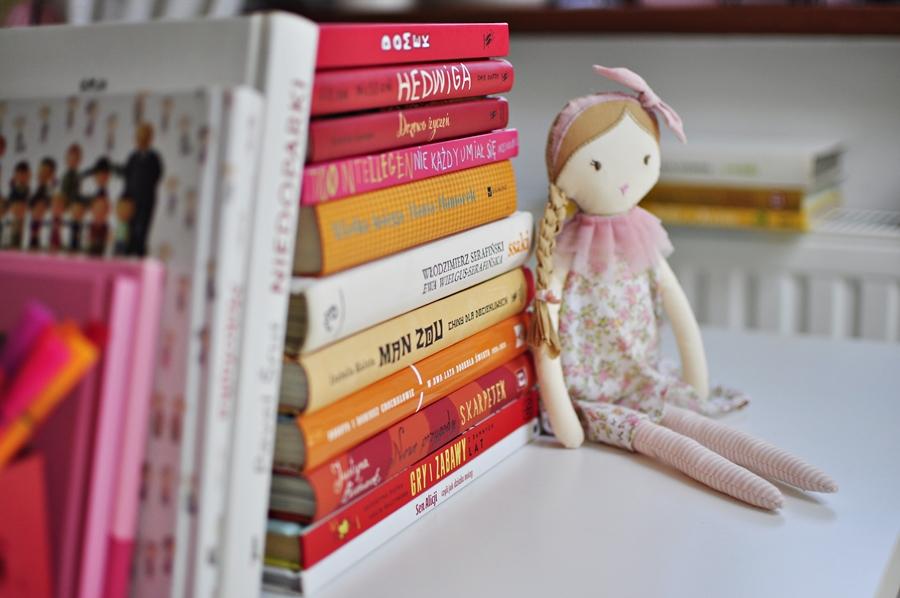 książki dla dzieci poukładane na biurku dziecka