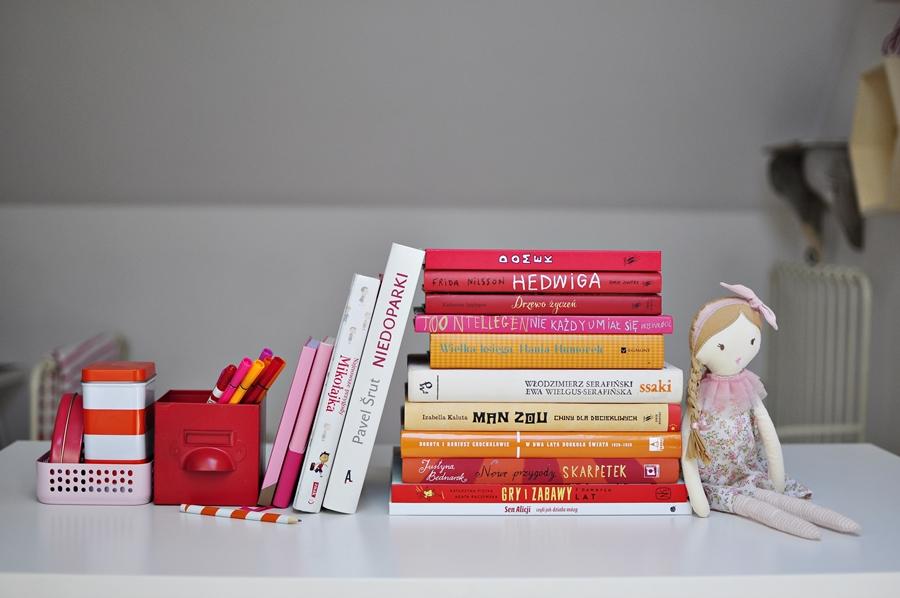 skrytka w książce pomiędzy innymi książkami dla dzieciskrytka w książce