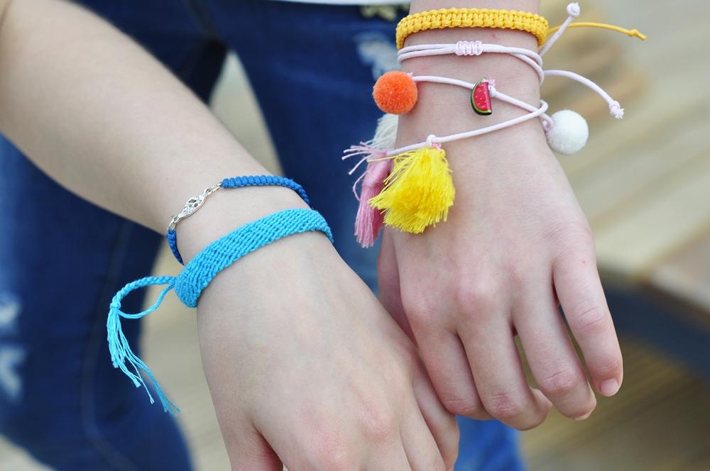 kolorowe bransoletki z muliny założne na dwie dłonie