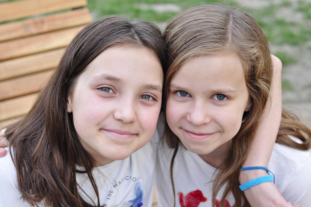 twarze dwóch nastolatek w parku