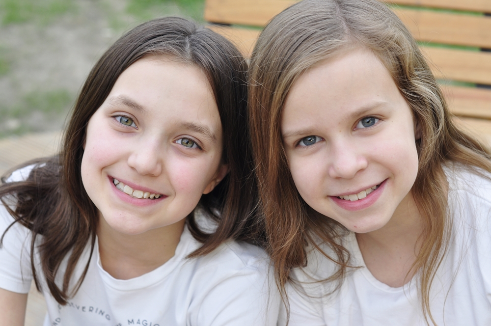 dwie uśmiechnięte koleżanki w parku