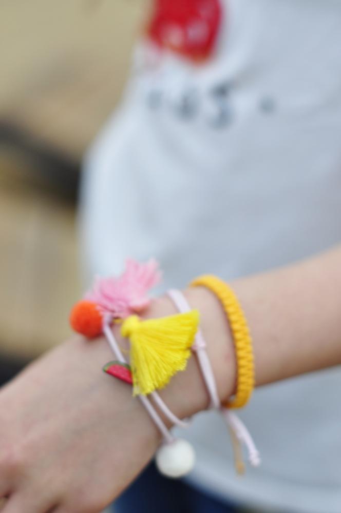 bransoletki przyjaźni ozdabiają rękę dziecka