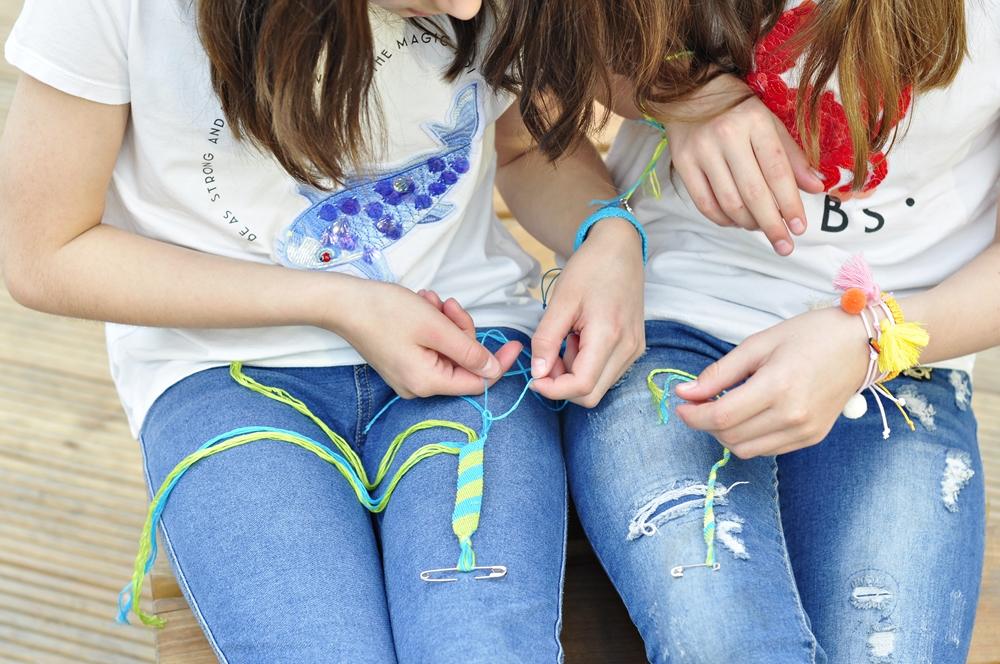 jak zrobić bransoletki przyjaźni pokazują dwie dziewczynki