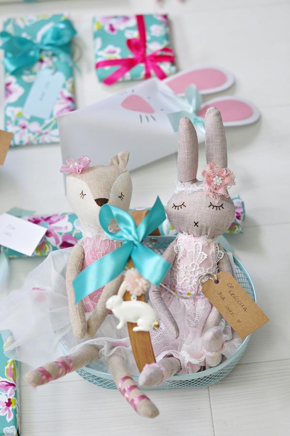 Dwa króliczki spakowane na prezent wielkanocny