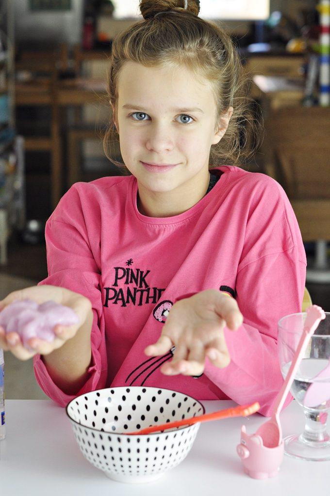 dziewczynka robiąca samodzielnie slime