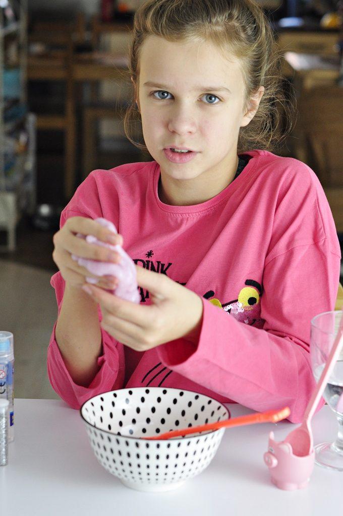 dziewczynka pokazująca jak się robi glutka