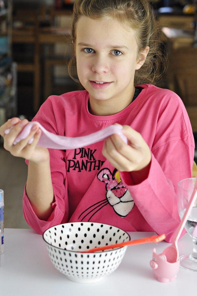 przepis na slima pokazywany przez dziecko