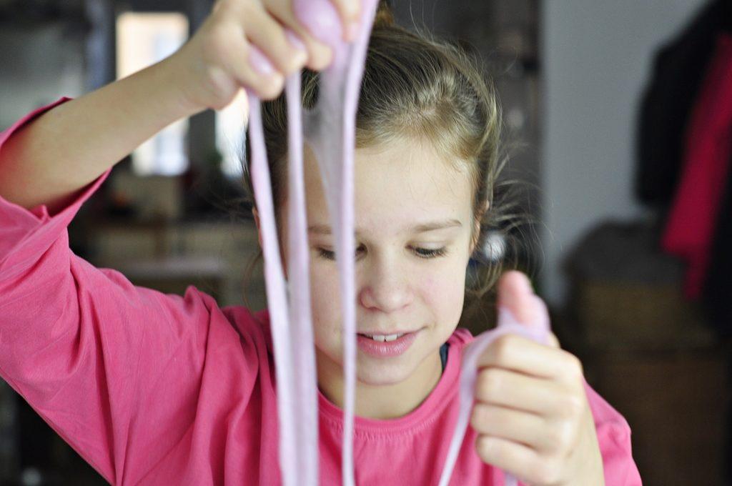 ciągnący się slime w kolorze różowym