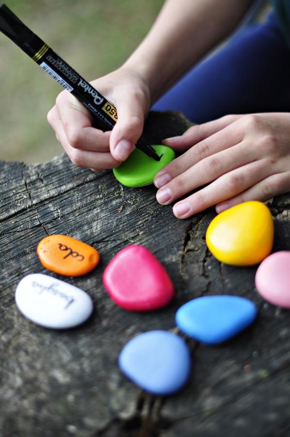 farba do malowania liter na kamieniu
