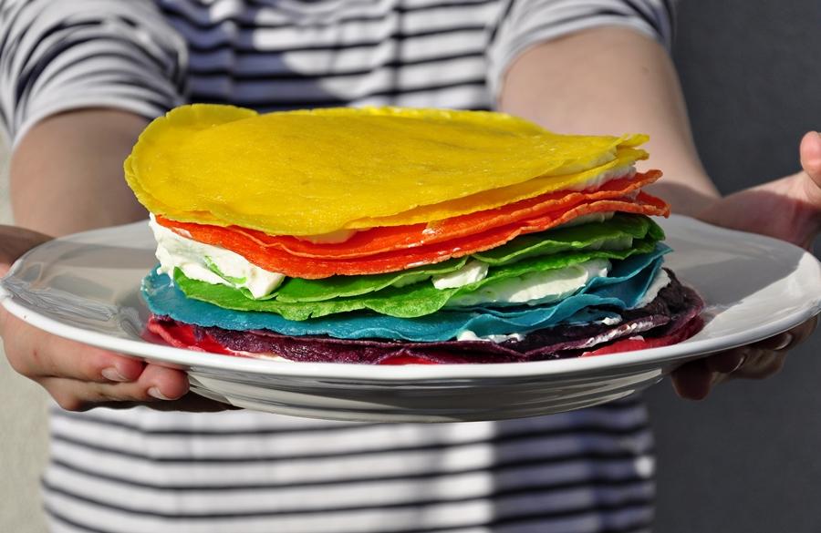 Tort naleśnikowy – tęczowy. Jakie czasy taki tort ;)