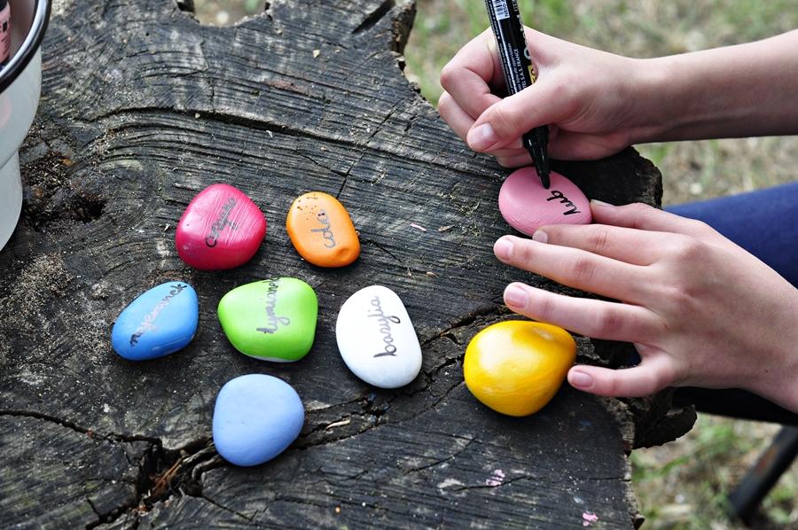 malowanie kamieni przez dzieci