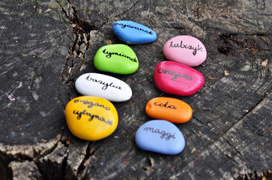 Kamienie w ogrodzie – sposób na podpisanie ziół