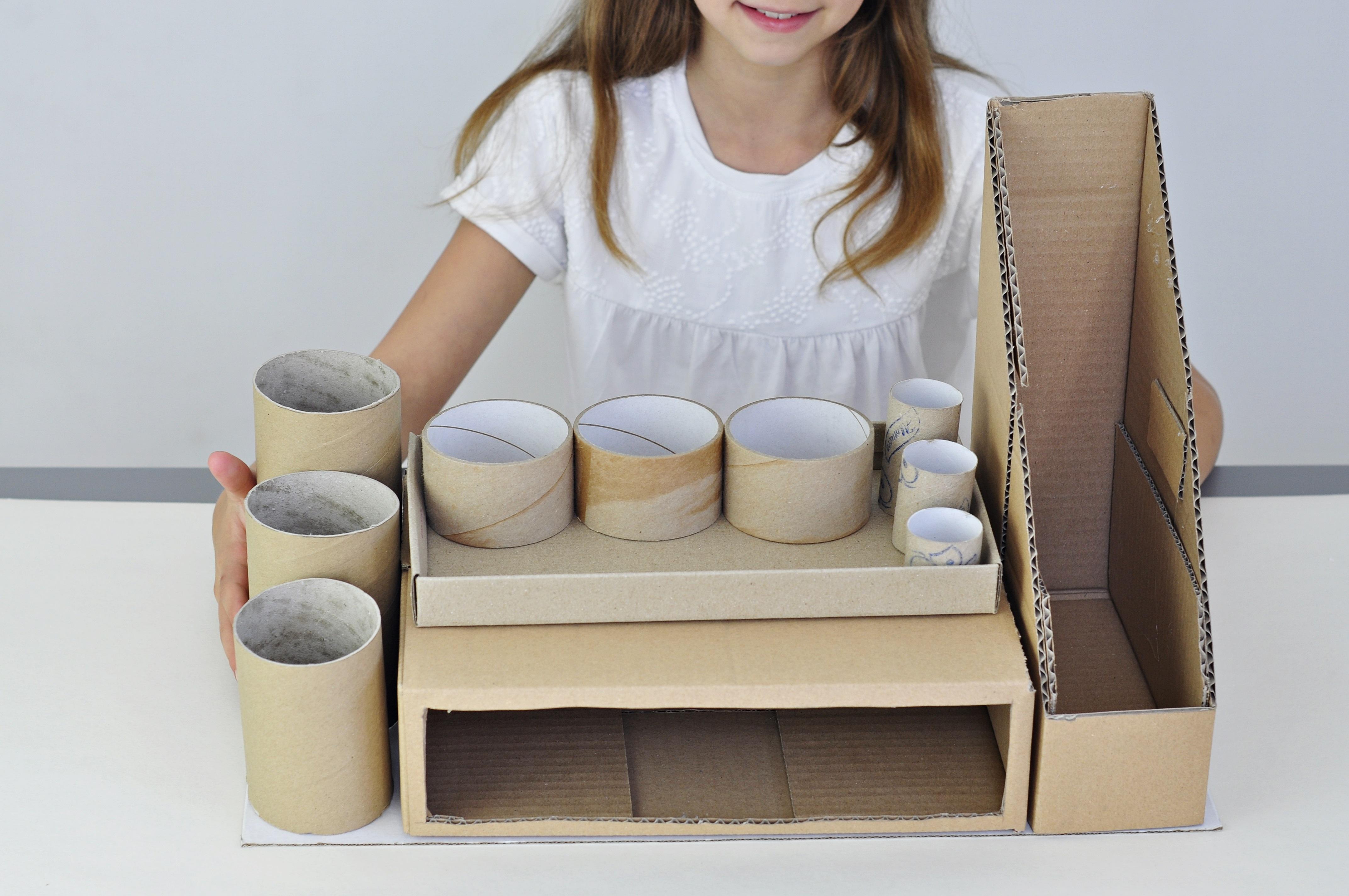 dziecko robiące organizer na biurko